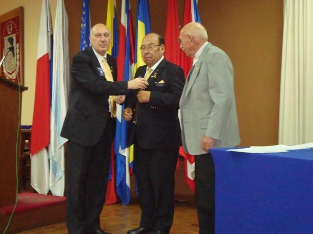 Insignias de Compromiso Rotario para el Gobernador y EGD Gastón Pol