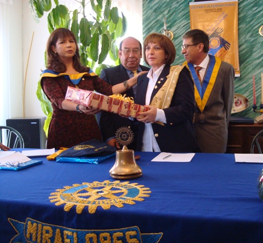 Entrega de un presente del Comite de Damas a Pilar esposa del gobernador