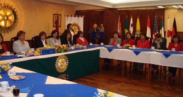 En la testera las presidentas de los Comités de Damas y Pilar Guevara