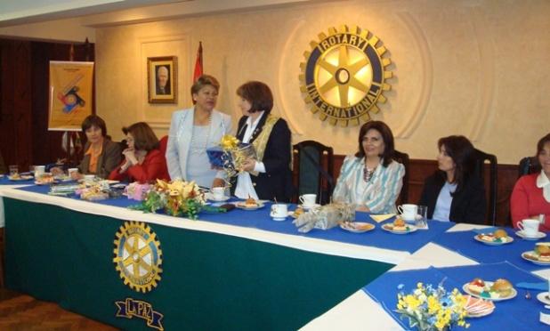 Pilar recibe un presente de la Presidenta del Comité de Integración Myriam de Orias