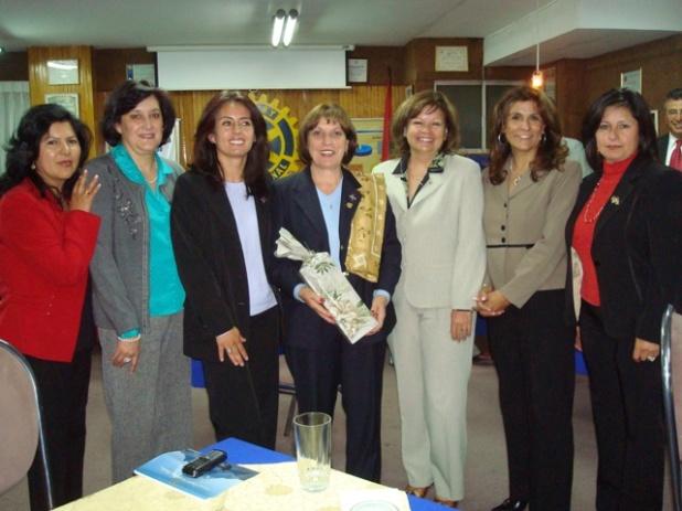 Comité de Damas con la esposa del gobernador