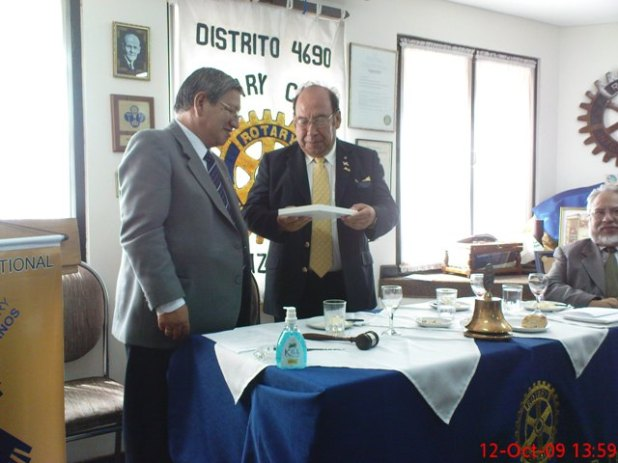 Entrega de un presente al Gobernador