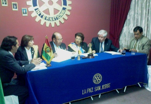 Gobernador con la Presidenta Maritza Riskowsky en reunion de directiva